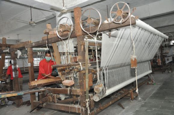 4Carpetsarewovenontraditionalwoodenlooms4or5mwide_lg